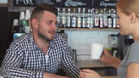 O barman está falando ao cliente fotografia de stock royalty free