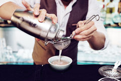 O barman está fazendo o cocktail Foto de Stock Royalty Free