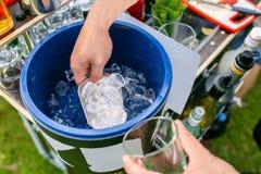 O barman faz o cocktail Cubeta de gelo com completamente de cubos de gelo colher inoxidável fotografia de stock royalty free