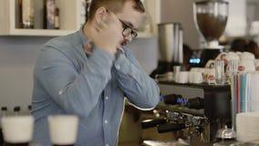 O barman faz o cocktail em uma barra 4K vídeos de arquivo