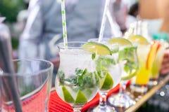 O barman faz o mojito do cocktail Vidro de Misted, foco seletivo Bebida alcoólica baseada no contador da barra com cubos de gelo fotografia de stock royalty free