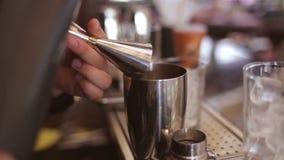 O barman faz o cocktail em uma barra filme