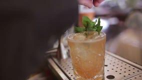 O barman faz o cocktail em uma barra vídeos de arquivo