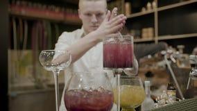 O barman faz um close-up dos cocktail filme