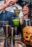 O barman faz um cocktail Fotografia de Stock