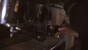 O barman faz um coffe na máquina do café video estoque