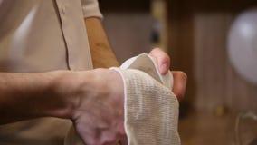 O barman limpa o vidro com uma toalha filme