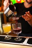 O barman perito do close-up faz o vinho ferventado com especiarias na barra foto de stock royalty free