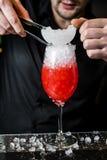 O barman prepara o cocktail de Margarita, fundo escuro, close-up foto de stock royalty free