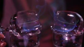O barman prepara o cocktail do sambuca filme