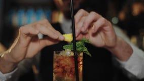 O barman profissional prepara o cocktail do mojito video estoque