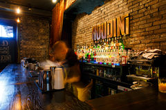 O barman que trabalha rapidamente Imagens de Stock Royalty Free