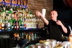 O barman que trabalha rapidamente Fotografia de Stock Royalty Free