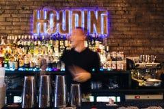 O barman que trabalha rapidamente Foto de Stock Royalty Free