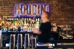 O barman que trabalha rapidamente Fotos de Stock Royalty Free