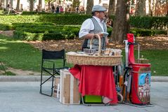 O barquillero de Tipico vende bolachas no Madri fotografia de stock royalty free