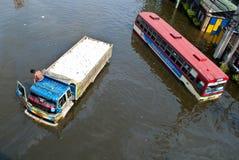 O barramento na inundação, inundação de Banguecoque Fotos de Stock
