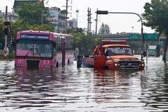 O barramento na inundação, inundação de Banguecoque Imagem de Stock