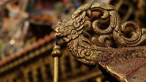 O Bas-relevo do ouro do estilo chinês do dragão, cisne em um templo chinês e tem algum espaço para escreve o fraseio fotos de stock