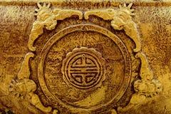 O Bas-relevo do ouro do estilo chinês do dragão, cisne em um templo chinês e tem algum espaço para escreve o fraseio imagens de stock