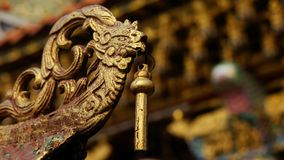 O Bas-relevo do ouro do estilo chinês do dragão, cisne em um templo chinês e tem algum espaço para escreve o fraseio foto de stock royalty free