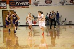 O basquetebol das mulheres do NCAA DIV III da faculdade Fotos de Stock