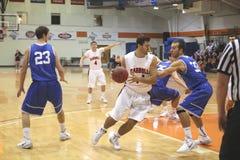 O basquetebol dos homens do NCAA DIV III da faculdade Imagens de Stock