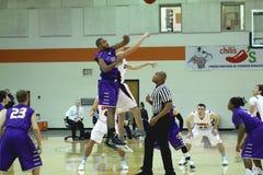 O basquetebol dos homens do NCAA DIV III da faculdade Fotografia de Stock
