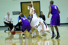 O basquetebol dos homens do NCAA DIV III da faculdade Imagem de Stock Royalty Free