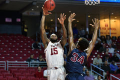 2015 o basquetebol dos homens do NCAA - FDU no templo Fotos de Stock