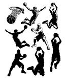 O basquetebol mostra em silhueta o macho Imagens de Stock