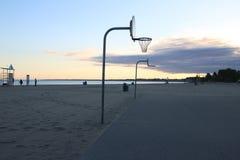 O basquetebol na praia, cortes estabelece-se assim que você pode jogar algum basquetebol ao relaxar na praia foto de stock