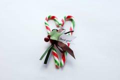 O bastão vermelho e verde do Natal de doces com agradece-lhe notar no coração Fotografia de Stock