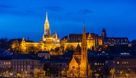 O bastião do pescador na iluminação da noite e na sua reflexão no Danúbio em Budapest, Hungria imagens de stock