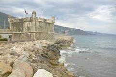 O bastião e o porto em Menton, França Foto de Stock