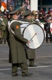 O baterista de uma faixa de vento foto de stock