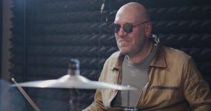 O baterista ensaia em um estúdio empoeirado filme