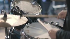 O baterista joga o jogo dos cilindros vídeos de arquivo