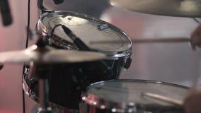 O baterista joga o jogo dos cilindros video estoque