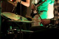 O baterista no fundo do ` dos guitarristas Conceito musical Imagens de Stock Royalty Free
