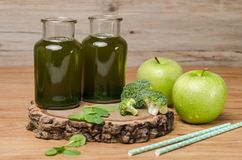 O batido frondoso fresco verde dos verdes no frasco de vidro, espinafre sae, Imagem de Stock