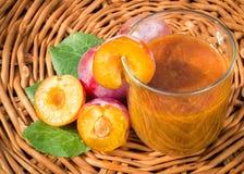 O batido saudável consiste no tipo de ameixas diferentes na madeira Fotos de Stock Royalty Free