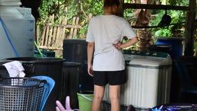 O Batik de trabalho dos povos que tinge o processo de cor de Mauhom lava a roupa video estoque