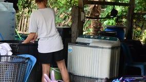 O Batik de trabalho dos povos que tinge o processo de cor de Mauhom lava a roupa vídeos de arquivo