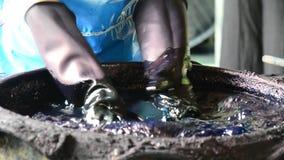 O Batik de trabalho dos povos que tinge o processo de cor de Mauhom prepara a cor de Mauhom filme
