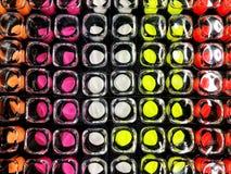 O batom dos anúncios do batom do encanto na cor diferente tonifica Produto da promoção do pacote Foto de Stock