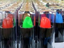 O batom dos anúncios do batom do encanto na cor diferente tonifica Produto da promoção do pacote Fotografia de Stock