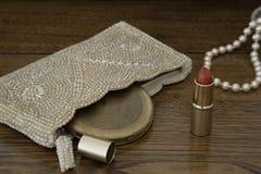 O batom vermelho, 1920 peroliza a bolsa, o estojo compacto e as pérolas Imagens de Stock Royalty Free