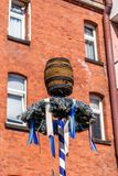 O Bavarian beergarden - o maypole de Biergarten foto de stock