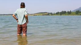 O Bavarian refrigera seus pés em um lago video estoque